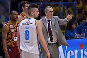 DESCRIZIONE : Cremona Lega A 2015-16 Play Off gara 2 Vanoli Cremona Umana Reyer Venezia <br /> GIOCATORE : De Raffaele Walter<br /> CATEGORIA :  Coach fair play<br /> SQUADRA : Umana Reyer Venezia<br /> EVENTO : Campionato Lega A 2015-2016 GARA : Vanoli Cremona vs Umana Reyer Play Off gara 2<br /> DATA : 10/05/2016 <br /> SPORT : Pallacanestro <br /> AUTORE : Agenzia Ciamillo-Castoria/I.Mancini<br /> Galleria : Lega Basket A 2015-2016 Fotonotizia : Cremona Lega A 2015-16 PlayOff Gara 2  Vanoli Cremona Umana Reyer Venezia