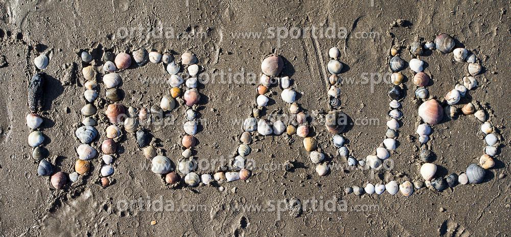 """SYMBOLBILD - der Schriftzug """"Urlaub"""" mit Muscheln in Sand geschrieben, aufgenommen am 23.08.2015 in Caorle, Italien // the lettering """"Urlaub"""" written in sand with shells in Caorle, Italia on 2015/08/23. EXPA Pictures © 2015, PhotoCredit: EXPA/ Jakob Gruber"""