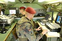 15 JUL 2002, ULM/GERMANY:<br /> Soldaten eines Fernmeldetrupps Vorkommando Auslandseinsatz der 5. Kompanie, Fernmelderegiment 4, koennen mit modernen Kommunikationsmitteln Fernmeldeverbindungen - auch Vidokonferenzen - im Einsatzland und nach Deutschland herstellen, II (GE/US) Korps, Ulm<br /> IMAGE: 20020715-01-038<br /> KEYWORDS: Computer, Kommunikation, Soldate, Soldaten, soldier, Telefon, Fernmelder