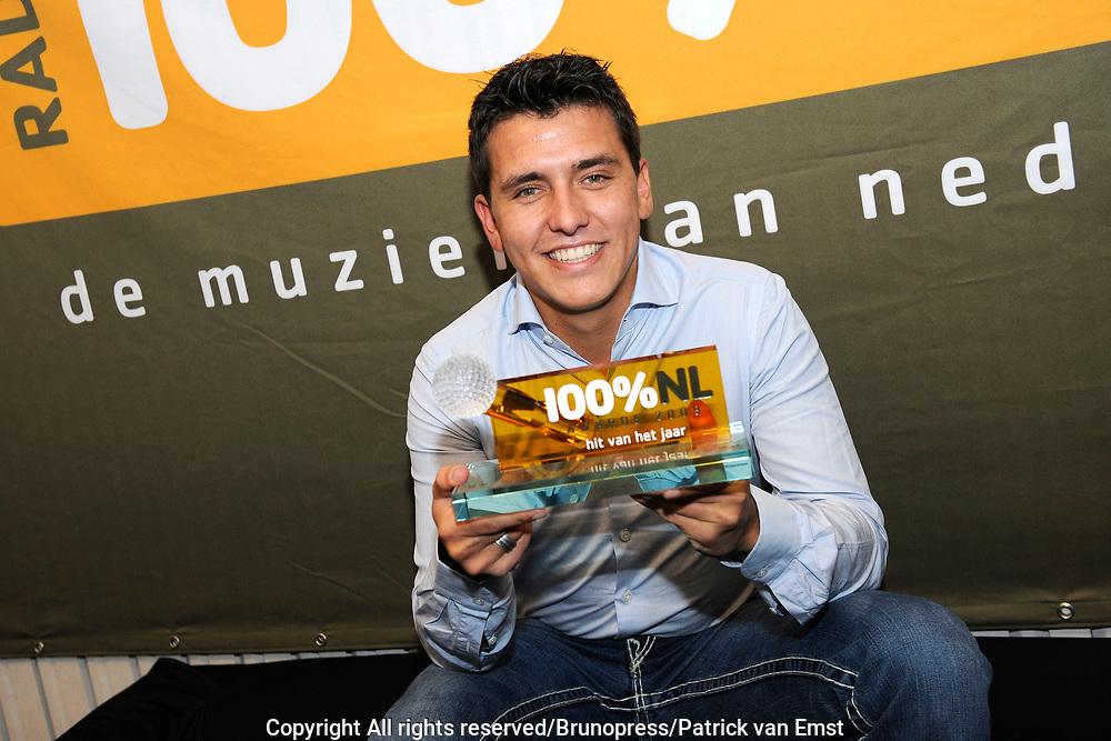 100 procent NL Awards 2010 in de studio van 100procent NL.<br /> <br /> Op de foto:<br /> <br />  Jan Smit met de 100% NL award hit van het jaar