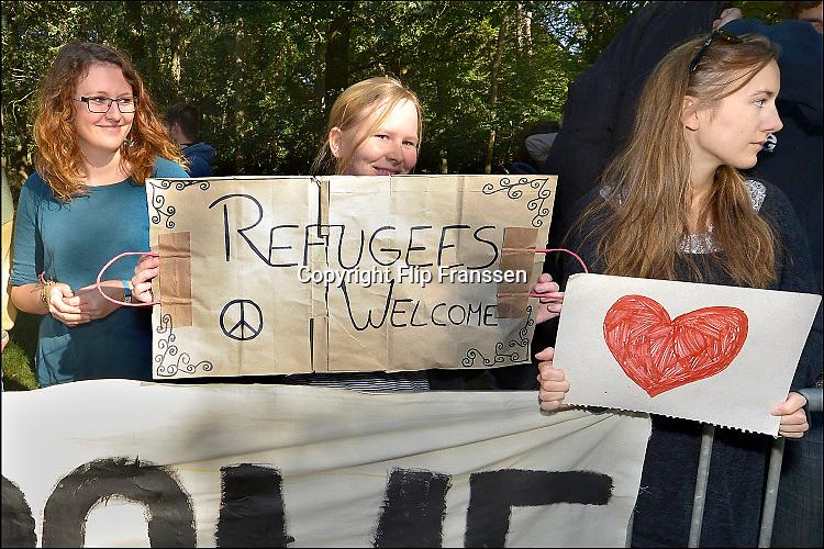 Nederland, the Netherlands, Nijmegen, 2-10-2015 Eerste vluchtelingen arriveren op kamp, tentenkamp Heumensoord, de tijdelijke noodopvang, azc, van het COA. Vandaag komen er 300, later dit weekend wordt het tot 800 aangevuld. In totaal komt er plaats voor 3000 asielzoekers. Zij werden vooral welkom geheten door jongeren.FOTO: FLIP FRANSSEN
