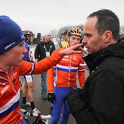Mike Teunissen legt na de wedstrijd uit aan Richard Groenendaal wat er nu niet ging