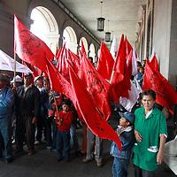 Toluca, México.- Integrantes del movimiento Antorchista se manifestaron a las afueras de palacio de Gobierno exigiendo que se detengan las agresiones que han sufrido los transportistas independientes por parte de la secretaria del Transporte y de Axel García. Agencia MVT / Crisanta Espinosa. (DIGITAL)