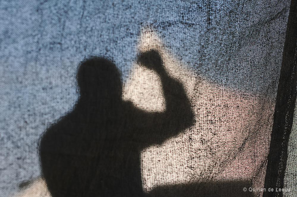 """Amandla!<br /> Met traditionele dans en inspirerende toespraken wordt Freedom Day gevierd in lokale townships en steden. Zowel oude generaties als jongeren zijn aanwezig om verhalen te horen uit de strijd tegen de apartheid, waarin het ANC van Nelson Mandela een belangrijke rol heeft gespeeld.<br /> Op het podium in township New Brighton, nabij de stad Port Elizabeth, worden speeches gehouden door ANC veteranen. Zijhebben gestreden in de militaire tak van het ANC; de uMkhonto we Sizwe (Speer van de Natie). Met vurige toespraken herleeft men de wilskracht van toen, met gebalde vuist roept de veteraan op het podium: """"Amandla!"""". Het publiek schreeuwt terug: """"Awethu"""" ! . Deze krachtige roep, Macht aan het volk, was de verzetskreet tijdens de strijd. <br /> Het ANC heeft samen met andere organisaties zoals het South African Communist Party (SACP), Pan African Congress (PAC ) de apartheid overwonnen en democratie mogelijk gemaakt. <br /> Maar na jaren van politieke vrijheid heerst er onvrede in Zuid Afrika. De werkloosheid blijft hoog, de verschillen tussen arm en rijk is groot. Daarnaast belemmeren politieke conflicten binnen de regeringspartij ANC de stabiliteit van het land.<br /> <br /> Het ANC van president Zuma is niet meer vanzelfsprekend de grote partij van 1994 van Nelson Mandela. Andere partijen zoals het DA (Democratic Alliance)en EFP (Economic Freedom Party) van Julius Malema krijgen meer aanhang.<br /> Bijna onzichtbaar is ook het campagneteam van het ANC volop actief. ANC probeert op Freedom Day de jongeren weer aan zich te binden met desuccesverhalen van toen."""