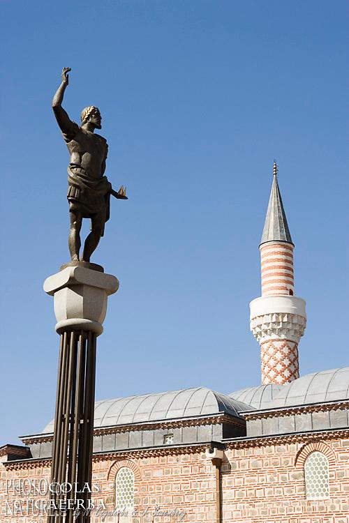 Symboles d'un long passé historique la statue de Philippe II de Macédoine, père d'Alexandre le Grand, et la mosquée Dzumaja