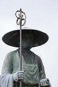 Staty av munken Kūkai (Kōbō Daishi) vid tempel nummer 76, Konzō-ji. <br /> <br /> Pilgrimsvandring till 88 tempel på japanska ön Shikoku till minne av den japanske munken Kūkai (Kōbō Daishi). <br /> <br /> Fotograf: Christina Sjögren<br /> Copyright 2018, All Rights Reserved<br /> <br /> <br /> A statue of the Japanese monk Kūkai (Kōbō Daishi) at the temple number 76 Konzō-ji (金倉寺) temple. <br /> <br /> The Shikoku Pilgrimage, 88 temples associated with the Buddhist monk Kūkai (Kōbō Daishi) on the island of Shikoku, Japan