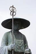 Staty av munken Kūkai (Kōbō Daishi) vid tempel nummer 76, Konzō-ji. <br /> <br /> Pilgrimsvandring till 88 tempel p&aring; japanska &ouml;n Shikoku till minne av den japanske munken Kūkai (Kōbō Daishi). <br /> <br /> Fotograf: Christina Sj&ouml;gren<br /> Copyright 2018, All Rights Reserved<br /> <br /> <br /> A statue of the Japanese monk Kūkai (Kōbō Daishi) at the temple number 76 Konzō-ji (金倉寺) temple. <br /> <br /> The Shikoku Pilgrimage, 88 temples associated with the Buddhist monk Kūkai (Kōbō Daishi) on the island of Shikoku, Japan