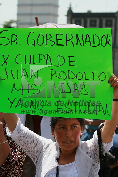 Toluca, Mex.- Comerciantes ambulantes desalojados la semana pasada del predio el Ceboruco y quienes protagonizaron un enfrentamiento con granaderos municipales el dia de ayer, piden frente al palacio de gobierno la intervencion del gobierno estatal para mediar negociaciones con el ayuntamiento de Toluca. Agencia MVT / Mario Vazquez de la Torre. (DIGITAL)<br /> <br /> <br /> <br /> <br /> <br /> <br /> <br /> NO ARCHIVAR - NO ARCHIVE