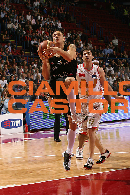 DESCRIZIONE : Milano Lega A1 2006-07 Playoff Semifinale Gara 1 Armani Jeans Milano VidiVici Virtus Bologna<br /> GIOCATORE : Fabio Di Bella<br /> SQUADRA : VidiVici Virtus Bologna<br /> EVENTO : Campionato Lega A1 2006-2007 Playoff Semifinale Gara 1<br /> GARA : Armani Jeans Milano VidiVici Virtus Bologna<br /> DATA : 30/05/2007 <br /> CATEGORIA : Penetrazione Tiro<br /> SPORT : Pallacanestro <br /> AUTORE : Agenzia Ciamillo-Castoria/M.Marchi