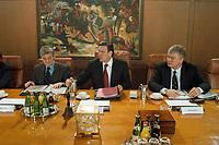 22.03.1999, Deutschland/Bonn:<br /> Joschka Fischer, Bundesaußenminister, Gerhard Schröder, Bundeskanzler, und Bodo Hombach, Kanzleramtsminister, vor Beginn der Kabinettsitzung zur Lage im Kosovo, Bundeskanzleramt, Bonn<br /> IMAGE: 19990322-05/01-24<br /> KEYWORDS: Kabinett, Gerhard Schroeder