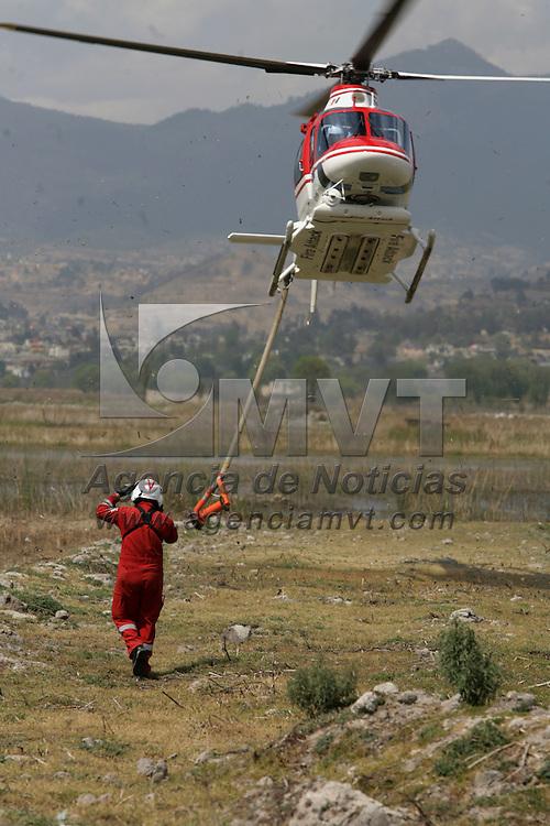 Lerma, Mex.- Un helicoptero de rescate (relampago) apoya en arrojando agua para combatir un incendio forestal en el bosque de Santa Mar&iacute;a Atarasquillo y apoyar a los brigadistas en tierra. Agencia MVT / Mario Vazquez de la Torre. (DIGITAL)<br /> <br /> <br /> <br /> NO ARCHIVAR - NO ARCHIVE