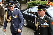 Zijne Koninkijke Hoogheid de Prins van Oranje neemt op donderdag 5 mei 2005 in Wageningen het defilé af van veteranen, oud-verzetsstrijders en parate eenheden tijdens de herdenking van de bevrijding die wordt georganiseerd door het Nationaal Comité Herdenking Capitulaties 1945 Wageningen. Het defilé vindt voor de laatste maal in Wageningen plaats. Daarnaast aanvaardt de Prins van Oranje het beschermheerschap van het Comité Nederlandse Veteranendag. <br /> <br /> Op de foto:<br /> <br /> <br /> Pieter van Vollehoven komt aan bij de kerkdienst