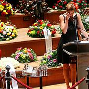 NLD/Amsterdam/20100122 - Uitvaart Edgar Vos, Paulien Huizinga in tranen