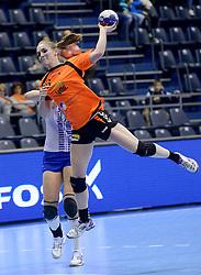 07-12-2013 HANDBAL: WERELD KAMPIOENSCHAP NEDERLAND - DOMINICAANSE REPUBLIEK: BELGRADO <br /> 21st Women s Handball World Championship Belgrade, Nederland wint met 44-21 / Laura van der Heijden<br /> ©2013-WWW.FOTOHOOGENDOORN.NL