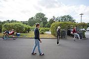 Tijdens het wachten voor de teams de baan op mogen, rijdt Lieske Yntema warm en doden drie studenten van de VU Amsterdam  de tijd met een voetbal. Het Human Power Team Delft en Amsterdam (HPT), dat bestaat uit studenten van de TU Delft en de VU Amsterdam, is in Senftenberg voor een poging het laagland sprintrecord te verbreken op de Dekrabaan. In september wil het HPT daarna een poging doen het wereldrecord snelfietsen te verbreken, dat nu op 133 km/h staat tijdens de World Human Powered Speed Challenge.<br /> <br /> While waiting for entering the track, Lieske Yntema is warming up and three students of the VU Amsterdam are killing time with a football. With the special recumbent bike the Human Power Team Delft and Amsterdam, consisting of students of the TU Delft and the VU Amsterdam, is in Senftenberg (Germany) for the attempt to set a new lowland sprint record on a bicycle. They also wants to set a new world record cycling in September at the World Human Powered Speed Challenge. The current speed record is 133 km/h.