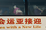 Dans le bus qui les emmenent au Consulat anmericain avec d'autres familles adoptantes, Stephanie tient dans ses bras Chu Ba endormie.