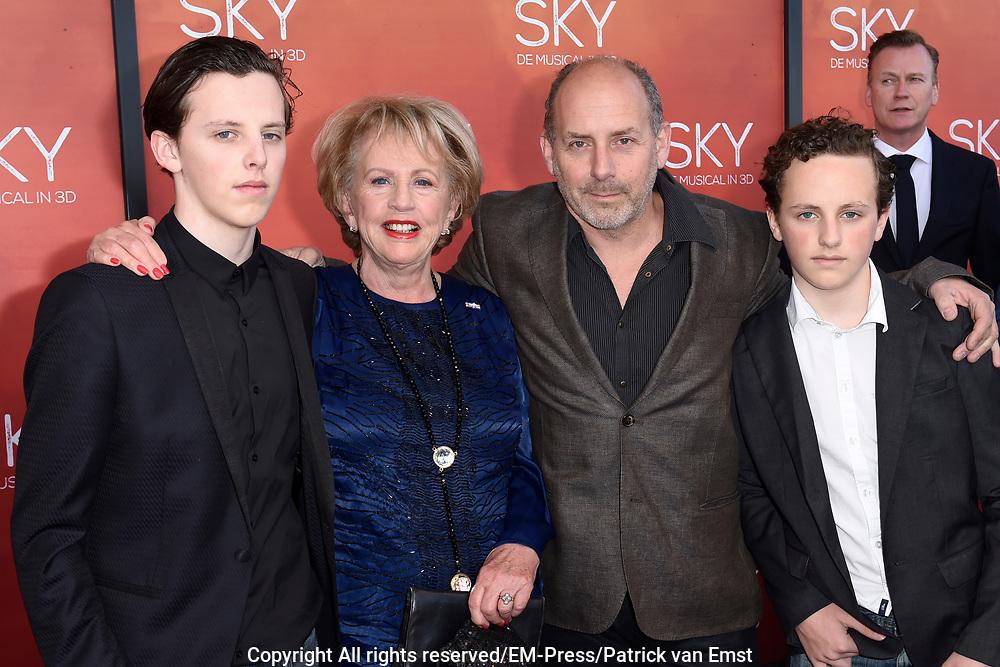 Premiere van de 3D musical Sky in Theater Amsterdam.<br /> <br /> Op de foto:  Alain de Levita met partner en kinderen