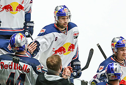 20.02.2015, Curt-Fenzel-Stadion, Augsburg, GER, DEL, Augsburger Panther vs EHC Red Bull München, 49. Runde, im Bild Torjubel an der Bande nach dem Fuehrungstreffer zum 1:2 durch Daryl Boyle (EHC Muenchen, Mitte), // during Germans DEL Icehockey League 49th round match between Augsburger Panther and  EHC Red Bull München at the Curt-Fenzel-Stadion in Augsburg, Germany on 2015/02/20. EXPA Pictures © 2015, PhotoCredit: EXPA/ Eibner-Pressefoto/ Krieger<br /> <br /> *****ATTENTION - OUT of GER*****