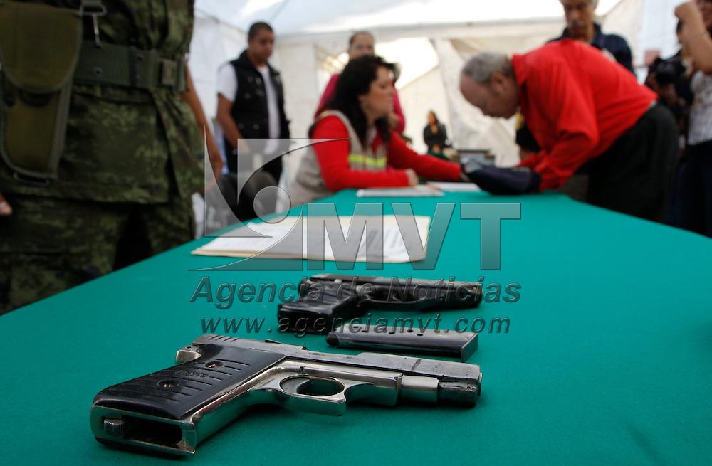 Tenango del Valle, México.- Elementos de la Secretaría de la Defensa Nacional y el ayuntamiento de Tenango del Valle pusieron en marcha el Programa Canje de Armas 2013, en donde la población llevó en los primeros minutos de instalado armas de varios tipos.  Agencia MVT / Crisanta Espinosa