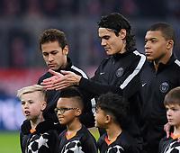 FUSSBALL CHAMPIONS LEAGUE SAISON 2017/2018 GRUPPENPHASE FC Bayern Muenchen - Paris Saint-Germain               05.12.2017 Neymar (li, Paris Saint-Germain), Edinson Cavani (Paris Saint-Germain) und Kylian Mbappe (v.li.) Paris Saint-Germain) mit Einlaufkinder