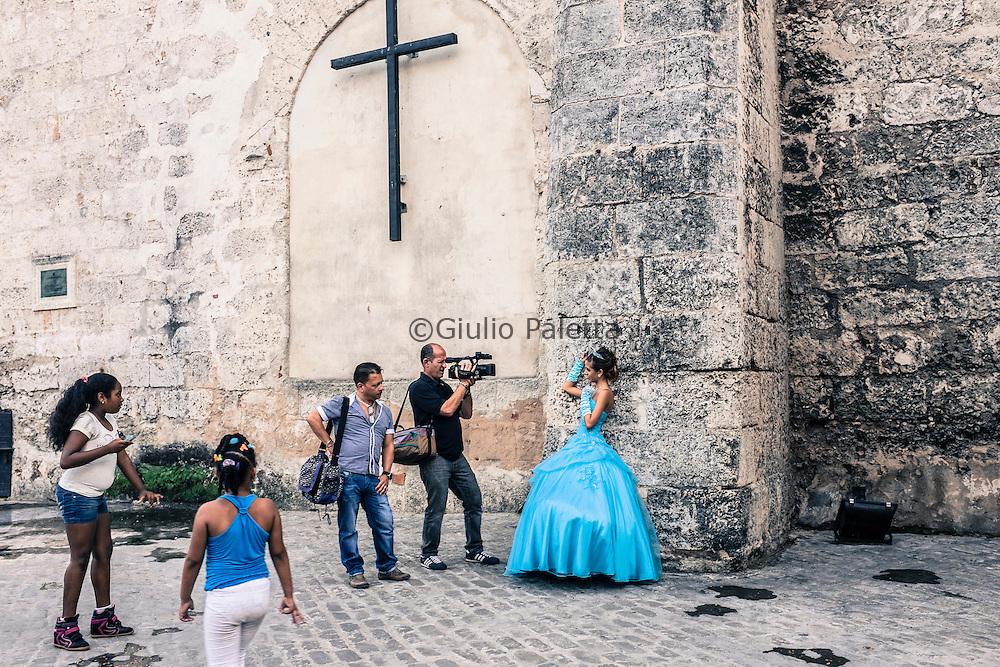 Servizio fotografico fuori l'ex convento di San Francesco d'Assisi, trasformato in centro culturale per eventi