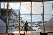 Reizigers wachten in de stationshal tot de treinen weer gaan rijden. De vakbond CNV voert samen met het FNV en VCP in heel Nederland actie voor een beter pensioen. Eerdere onderhandelingen over pensioenen met de overheid en het bedrijfsleven liepen vast. Nu grijpen de vakbonden gezamenlijk naar acties. In allerlei sectoren wordt actie gevoerd. Zo wordt het openbaar vervoer van 06:00 tot 07:06 stilgelegd en rijden hulpverleners in een colonne met 66 km/u naar Den Haag. Op het Malieveld vindt de afsluitende manifestatie plaats.<br /> <br /> De Dutch trade unions CNV, FNV and VCP are demonstrating for a better retirement agreement. Last year the negotiations between the trade unions, the government and employers collapsed.