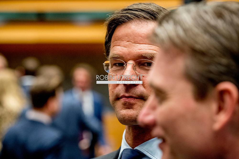 DEN HAAG -  Mark Rutte (VVD) legt de eed af tijdens de installatie van de nieuwe Kamerleden na de Tweede Kamerverkiezingen.  ROBIN UTRECHT<br /> democratie formatie holland installatie kabinetsformatie kamerleden kiezen nieuwe partijpolitiek politicus politiek tk2017 van