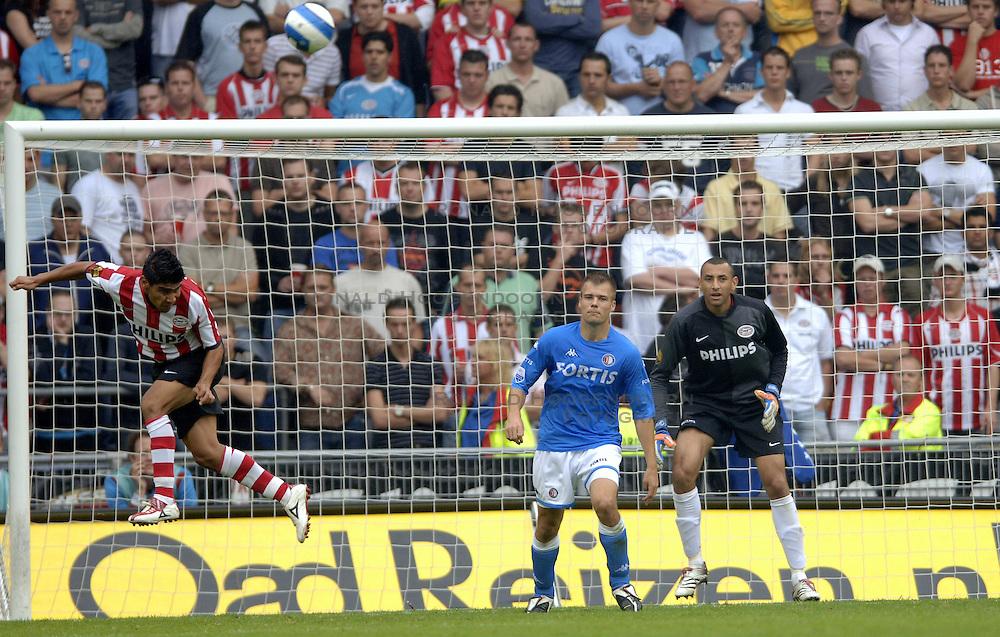 17-09-2006 VOETBAL: PSV - FEYENOORD: EINDHOVEN <br /> PSV verslaat in eigen huis Feyenoord met 2-1 / Carlos Salcido<br /> &copy;2006-WWW.FOTOHOOGENDOORN.NL
