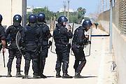 BARI, 1 AGO - Alcune centinaia di immigrati ospiti del Cara di Bari hanno bloccato strade e binari nei pressi del Centro di accoglienza per protesta contro le lungaggini burocratiche che ritarderebbero il rilascio dello status di rifugiati. I migranti hanno bloccato la Statale 16 bis in entrambe le direzioni di marcia e stanno causando disagi alla circolazione dei treni. Sul posto stanno confluendo in numero massiccio le forze dell'ordine. Cancellati dalle Ferrovie dello Stato dieci treni regionali; ritardi per sei convogli a lunga percorrenza
