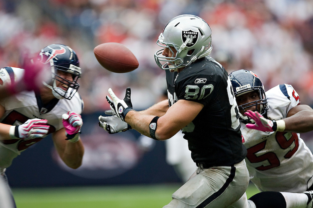 HOUSTON, TX - OCTOBER 4:   Zach Miller #80 of the Oakland Raiders tries to catch a pass against the Houston Texans at Reliant Stadium on October 4, 2009 in Houston, Texas.  The Texans defeated the Raiders 29-6.  (Photo by Wesley Hitt/Getty Images) *** Local Caption *** Zach Miller