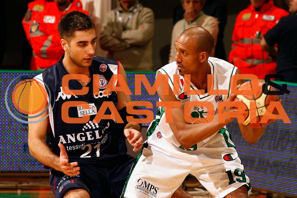 DESCRIZIONE : Siena Lega A 2008-09 Montepaschi Siena Angelico Biella<br /> GIOCATORE : Arriel McDonald<br /> SQUADRA : Montepaschi Siena <br /> EVENTO : Campionato Lega A 2008-2009 <br /> GARA : Montepaschi Siena Angelico Biella<br /> DATA : 21/03/2009<br /> CATEGORIA : palleggio<br /> SPORT : Pallacanestro <br /> AUTORE : Agenzia Ciamillo-Castoria/P. Lazzeroni