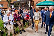 BRAMPTON - Prinses Margriet en prof. mr. Pieter van Vollenhoven bezoeken het Nederlandse verzorgingstehuis Holland Christian Homes in Brampton in de provincie Ontario tijdens hun officiele bezoek aan Margriets geboorteland Canada. Tijdens het vijfdaagse verblijf wordt regelmatig stil gestaan bij het Canadese aandeel in de bevrijding van Nederland tijdens de Tweede Wereldoorlog en ook zijn er verschillende ontmoetingen met de omvangrijke gemeenschap van Nederlandse emigranten. ANP ROYAL IMAGES ROBIN UTRECHT