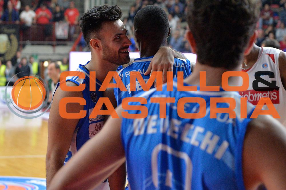 DESCRIZIONE : Varese, Lega A 2015-16 Openjobmetis Varese Dinamo Banco di Sardegna Sassari<br /> GIOCATORE : Brian Sacchetti<br /> CATEGORIA : Fair Play<br /> SQUADRA : Dinamo Banco di Sardegna Sassari<br /> EVENTO : Campionato Lega A 2015-2016<br /> GARA : Openjobmetis Varese vs Dinamo Banco di Sardegna Sassari<br /> DATA : 26/10/2015<br /> SPORT : Pallacanestro <br /> AUTORE : Agenzia Ciamillo-Castoria/I.Mancini<br /> Galleria : Lega Basket A 2015-2016 <br /> Fotonotizia : Varese  Lega A 2015-16 Openjobmetis Varese Dinamo Banco di Sardegna Sassari<br /> Predefinita :