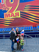 Familienfoto vor der Tribüne auf dem Roten Platz am Tag der großen Siegerparade.<br /> <br /> Family photograph infront of the big tribune at Red Square during the day of the Victory Parade in Moscow.