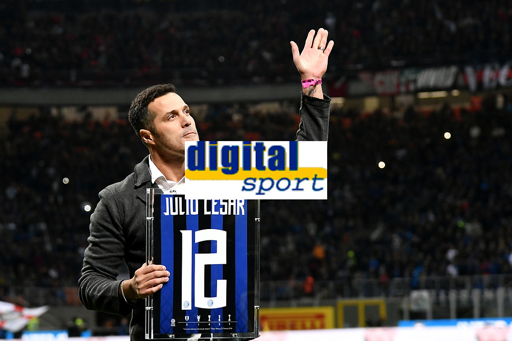 Former Inter player Julio Cesar waves The fans prio to the  Serie A 2018/2019 football match between Fc Internazionale and AC Milan at Giuseppe Meazza stadium Allianz Stadium, Milano, October, 21, 2018 <br />  Foto Andrea Staccioli / Insidefoto