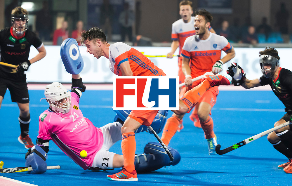 BHUBANESWAR -  Robbert Kemperman (Ned) stuit op keeper Tobias Walter (Ger)  tijdens de Hockey World League Finals , de kwartfinale wedstrijd Duitsland-Nederland (3-3).Duitsland wint na shoot-outs. COPYRIGHT KOEN SUYK