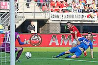 ALKMAAR - 04-10-2015, AZ - FC Twente, AFAS Stadion, FC Twente keeper Joel Drommel, AZ speler Vincent Janssen, FC Twente speler Peet Bijen.