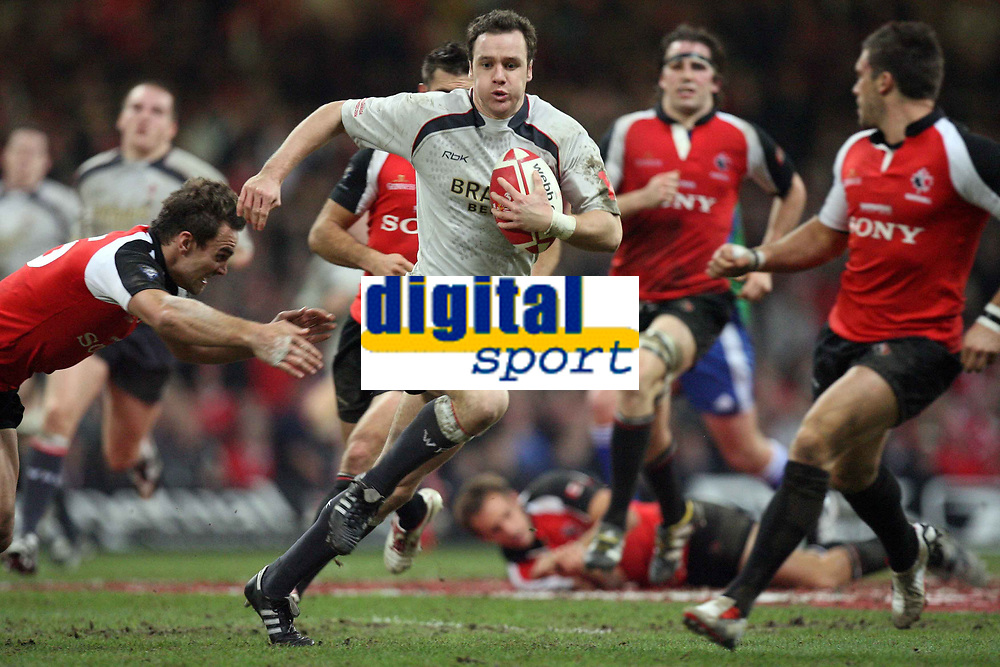 Photo: Rich Eaton.<br /> <br /> Wales v Canada. Invesco Perpetual Series. 17/11/2006. Mark Jones of Wales in centre attacks