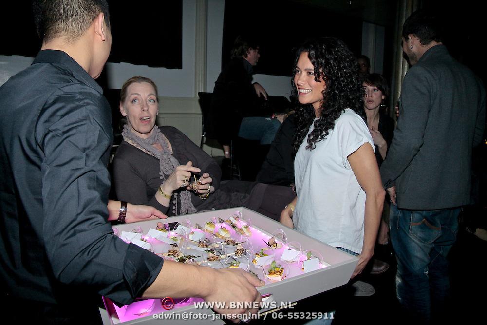 NLD/Amsterdam/20110308 - Women in Paradise Festival, Terence Scheurs en Lucia Marthas verwonderen zich over de lekkere hapjes