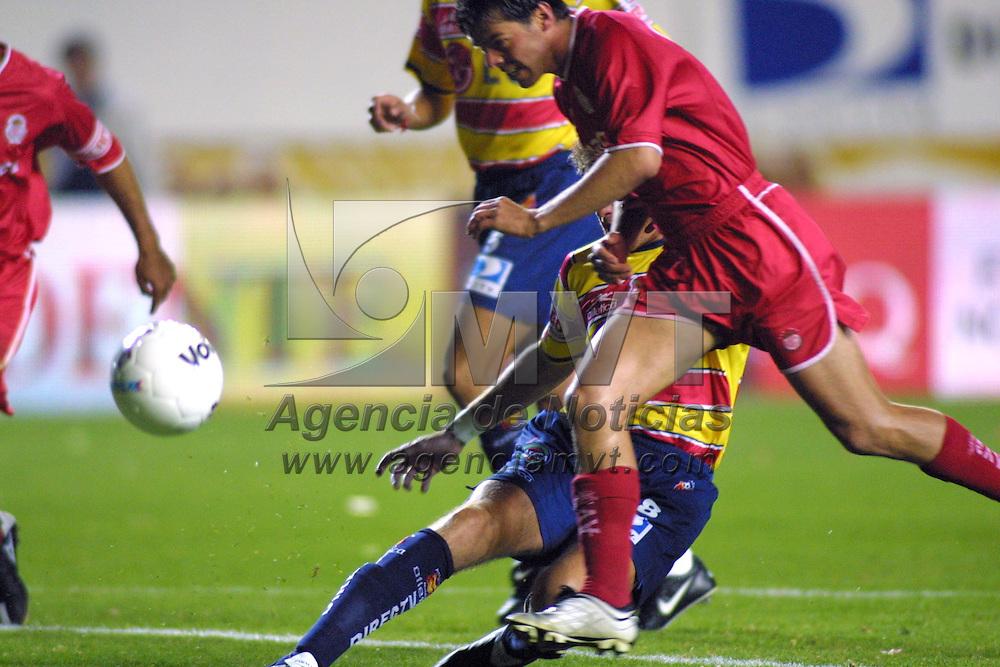 Morelia, Mich.- Rafael Garcia disputa el bal&oacute;n con los defensas del equipo Monarcas de Morelia.  Agencia MVT / Mario V&aacute;zquez de la Torre. (DIGITAL)<br /> <br /> NO ARCHIVAR - NO ARCHIVE