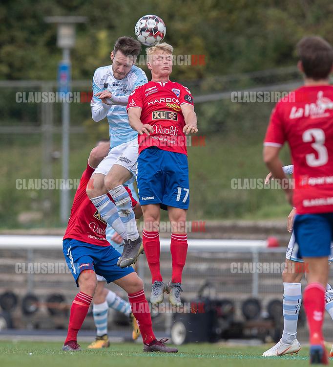 Nikolaj S. Hansen (FC Helsingør) og Peter Bro Stenbek (Slagelse) under kampen i 2. Division mellem Slagelse B&I og FC Helsingør den 6. oktober 2019 på Slagelse Stadion (Foto: Claus Birch).