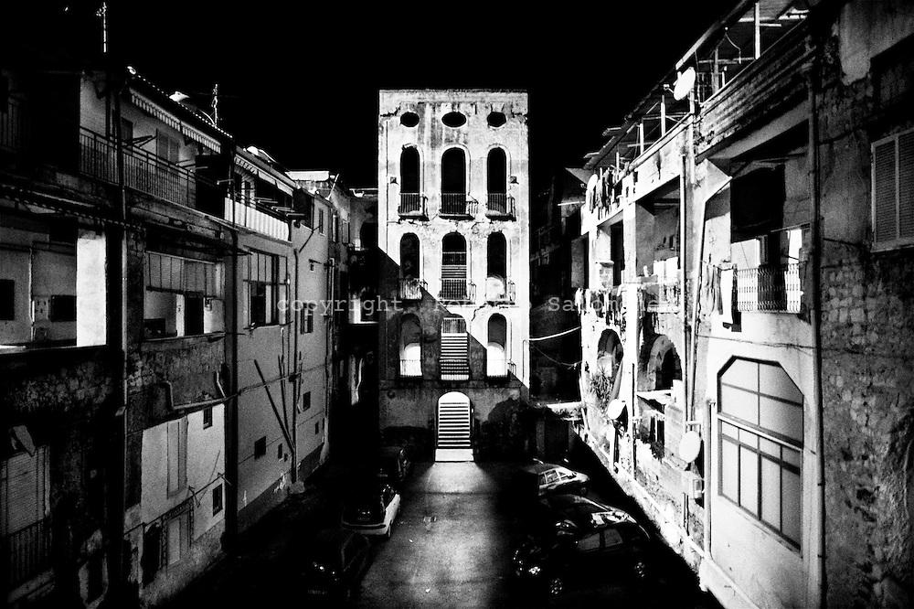 Torre Annunziata, Italia - 10 aprile 2010. Una veduta dell'interno di Palazzo Fiengo a Torre Annunziata, roccaforte storica del clan Gionta. I Carabinieri hanno effettuato 11 arresti di soggetti legati ai clan della camorra Gionta e Gallo-Cavaliere durante un blitz a Torre Annunziata (Napoli). Il 'cartello' ha stipulato una pax mafiosa per meglio controllare la zona in cui sta avvenendo un investimento milionario da parte di imprenditori: il polo nautico.<br /> Ph. Roberto Salomone Ag. Controluce<br /> ITALY - A view of Gionta mafia organisation (camorra) headquarters in Torre Annunziata. Carabinieri forces arrested on April 10, 2010 during a blitz operation 11 people linked to camorra mafia organisation in Torre Annunziata.