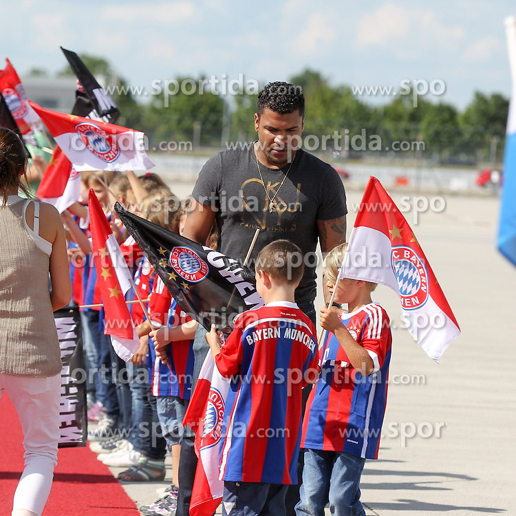 15.07.2014, Flughafen, Muenchen, GER, FIFA WM, Empfang der Weltmeister in Deutschland, Finale, im Bild Breno Vinicius Rodrigues (FC Bayern) verteilte Fahnen an die Kinder // during Celebration of Team Germany for Champion of the FIFA Worldcup Brazil 2014 at the Flughafen in Muenchen, Germany on 2014/07/15. EXPA Pictures © 2014, PhotoCredit: EXPA/ Eibner-Pressefoto/ Kolbert  *****ATTENTION - OUT of GER*****