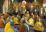 Les temples sont les lieux de culte des bouddhistes. Ils sont habituellement pourvus d'un sanctuaire bouddhiste où se trouve une statue de Bouddha devant laquelle on médite.