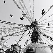 Les pigeons s'envolent au dessus du stupa Kathesimbhu. Kathmandu, Népal. 2008