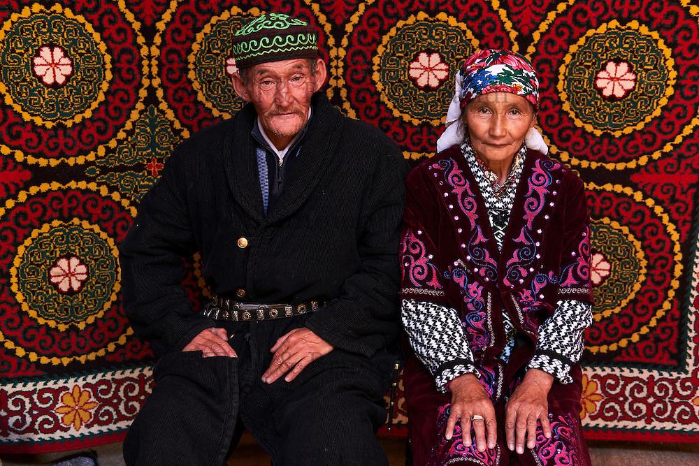 Mongolie, province de Bayan-Ulgii, région de l'ouest, campement nomade des Kazakh, couple Kazakh à l'intérieur de leur yourte // Mongolia, Bayan-Ulgii province, western Mongolia, nomad camp of Kazakh people in the steppe, Kazakh couple inside their yurt