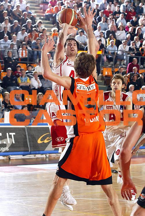 DESCRIZIONE : Udine Lega A1 2005-06 Snaidero Udine Armani Jeans Olimpia Milano <br /> GIOCATORE : Calabria<br /> SQUADRA : Armani Jeans Olimpia Milano <br /> EVENTO : Campionato Lega A1 2005-2006 <br /> GARA : Snaidero Udine Armani Jeans Olimpia Milano <br /> DATA : 23/04/2006 <br /> CATEGORIA : Tiro<br /> SPORT : Pallacanestro <br /> AUTORE : Agenzia Ciamillo-Castoria/E.Pozzo <br /> Galleria : Lega Basket A1 2005-2006 <br /> Fotonotizia : Udine Campionato Italiano Lega A1 2005-2006 Snaidero Udine Armani Jeans Olimpia Milano <br /> Predefinita :