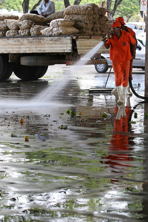 Contagem_MG, Brasil. ..Gary limpando o chao do Ceasa em Contagem...The street-sweeper cleaning the floor in the Ceasa in Contagem...Foto: LEO DRUMOND / NITRO