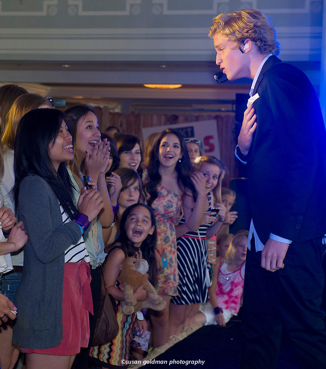 Australian Pop singer Cody Simpson sings to admiring fans at the Hallmark Text Band launch party in Santa Monica, Calif. Photo/Hallmark, Susan Goldman.