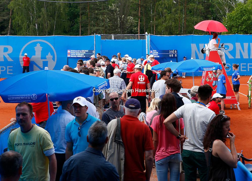 Nuernberger Versicherungscup 2013,WTA Tennis Tournament, Zuschauer gehen zwischen den Plaetzen,Querformat,Feature,